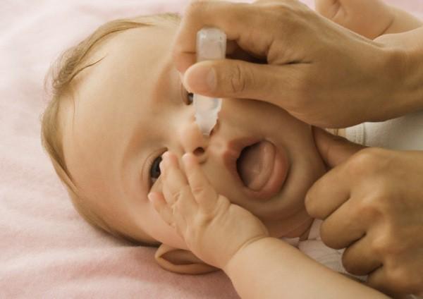 Come effettuare il lavaggio nasale ai neonati senza spaventarli